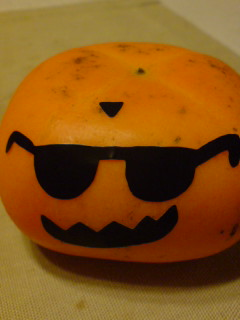 スーパーで買った柿がハロウィン仕様(笑)